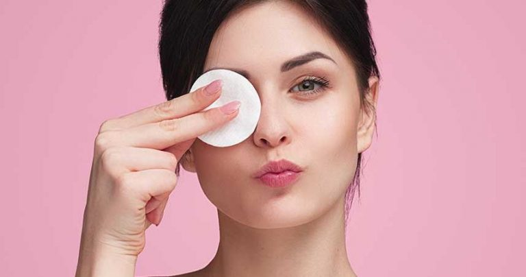 EFFICIENTLY REMOVING MAKEUP  TO RETAIN BEAUTIFUL SKIN